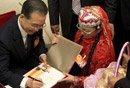 图文:温家宝为甘肃民族代表签名