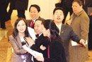 图文:教育部长袁贵仁被女记者拉上采访席