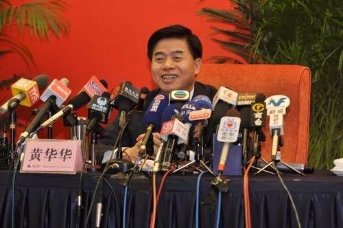 广东省省长黄华华接受媒体采访