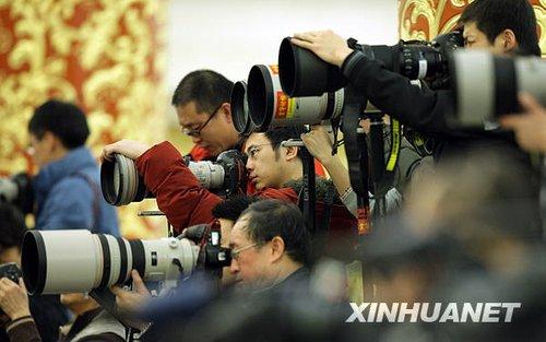 图文:记者在记者会上采访拍摄