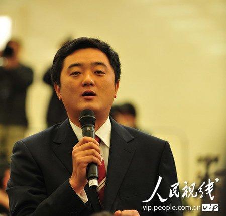 图文:中央电视台和中国网络电视台记者提问