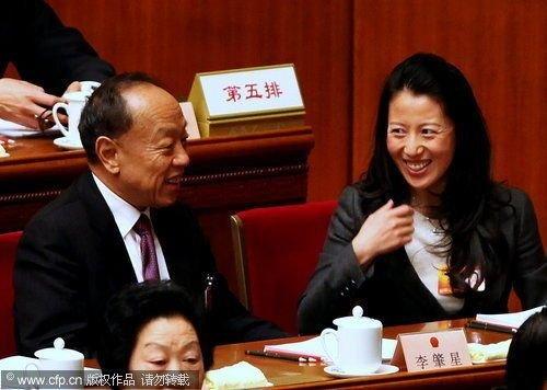 2010年3月5日,全国两会,第十一届全国人民代表大会第三次会议在北京人民大会堂开幕。开幕式上就坐主席台的大杨扬与前外长李肇星相邻,会前欢笑交谈。