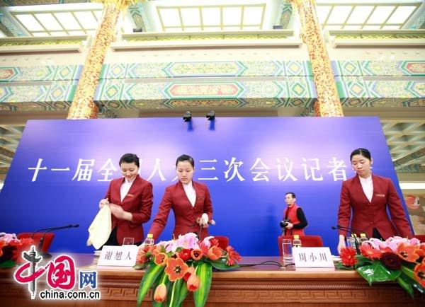 """2010年""""两会""""期间,很多服务人员坚守岗位,为两会周到的服务。中国网 杨佳摄影"""