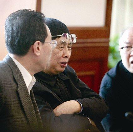 小组讨论中,陈毅之子、中国人民对外友好协会会长陈昊苏(右)偶尔抬起眼镜,放松一下
