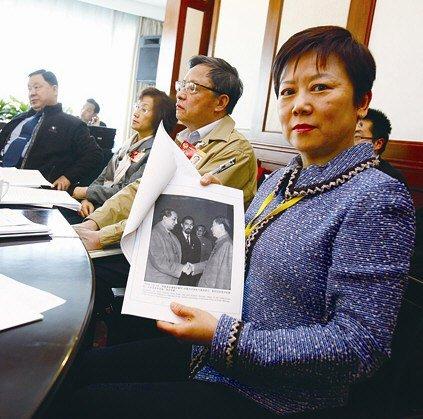 李先念的女儿李小林向记者展示提案内容的部分资料