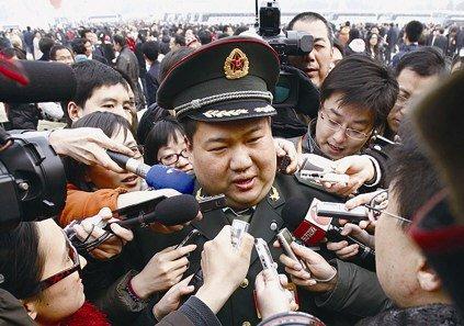 毛新宇每次出现在人民大会堂外的广场上都会成为众多媒体围堵的对象