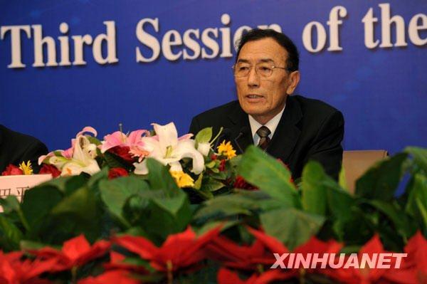 这是全国人大代表、西藏自治区人大常委会主任向巴平措回答中外记者的提问。新华社记者 李紫恒摄