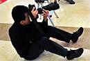 图集:抓拍两会摄影记者的百变身姿