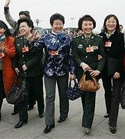 高清:政协第二次全体会议 女委员集体入场
