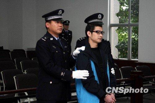 """2月21日上午9时左右,""""杀人狂魔""""成瑞龙被法警押进广东佛山中院第一审判庭"""