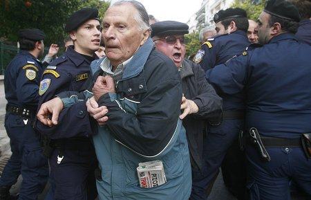 希腊公务员占领政府大楼抗议财政紧缩(图)
