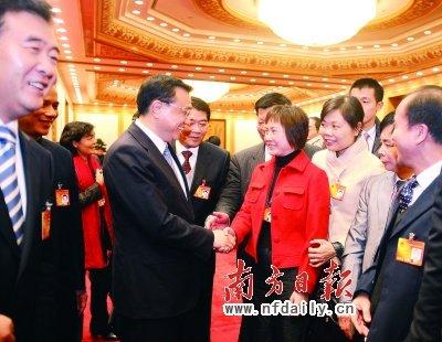 昨日,李克强在参加广东代表团审议时与女代表亲切握手,送上节日的祝福。南方日报特派记者张由琼摄