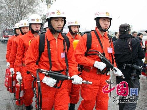 """图文:消防队员保障""""两会"""""""