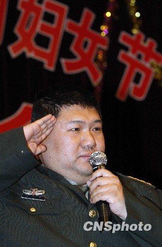 图文:毛新宇献歌女委员 欢度三八妇女节