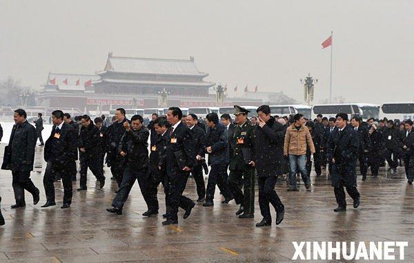 3月8日,十一届全国人大三次会议在北京人民大会堂举行第二次全体会议。这是全国人大代表冒雪抵达天安门广场。新华社记者 刘泉龙 摄