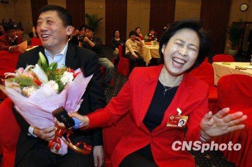 图文:男委员向女委员献花贺节日