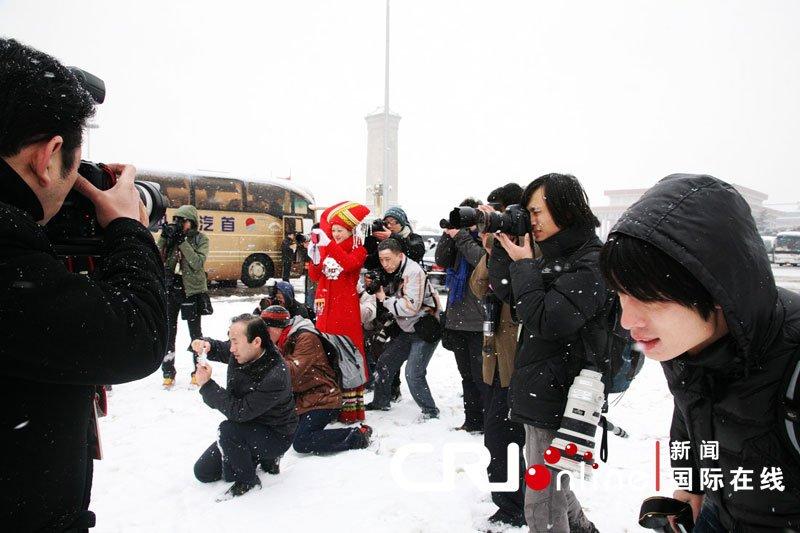 """摄影记者雪中""""战斗"""" (常昕 摄)"""