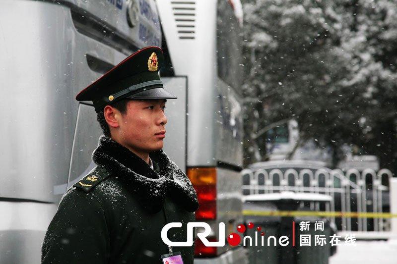 武警战士在风雪中坚守岗位(常昕 摄)