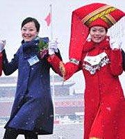 组图:两会服务人员在天安门广场上翩翩起舞