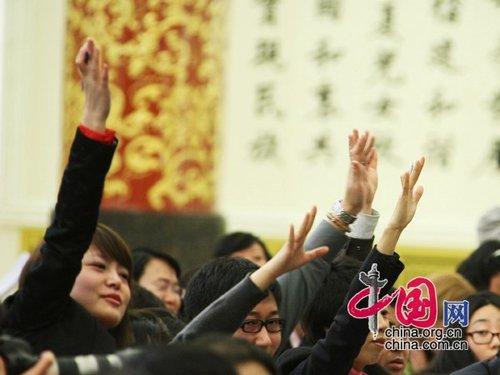 图文:记者踊跃举手提问