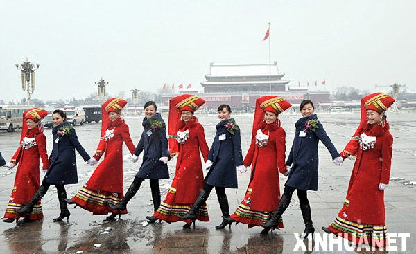 3月8日,为两会服务的广西大厦与河南大厦的服务员在天安门广场留影。新华社记者 刘泉龙 摄