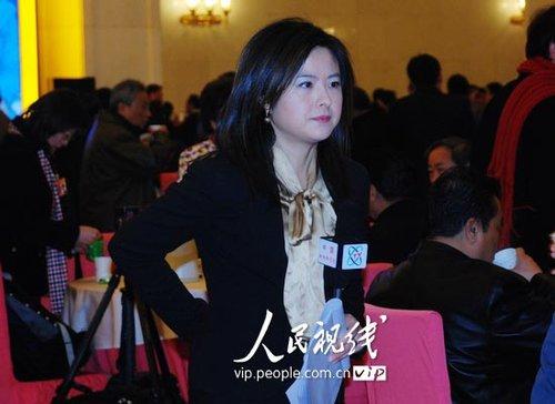 图文:中央电视台记者张泉灵进入大会堂采访