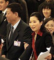 高清图:美女记者屡次挽高官手臂出镜