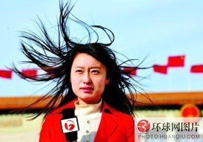 安徽电视台主持人在大风中长发飞扬图片