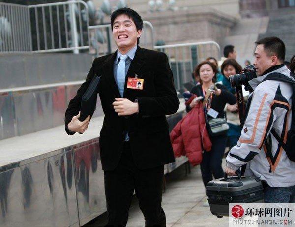刘翔被媒体围追堵截狂奔逃跑。