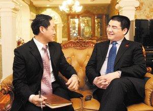 陈光标(右)接受本报记者专访。 首席记者 罗伟 摄