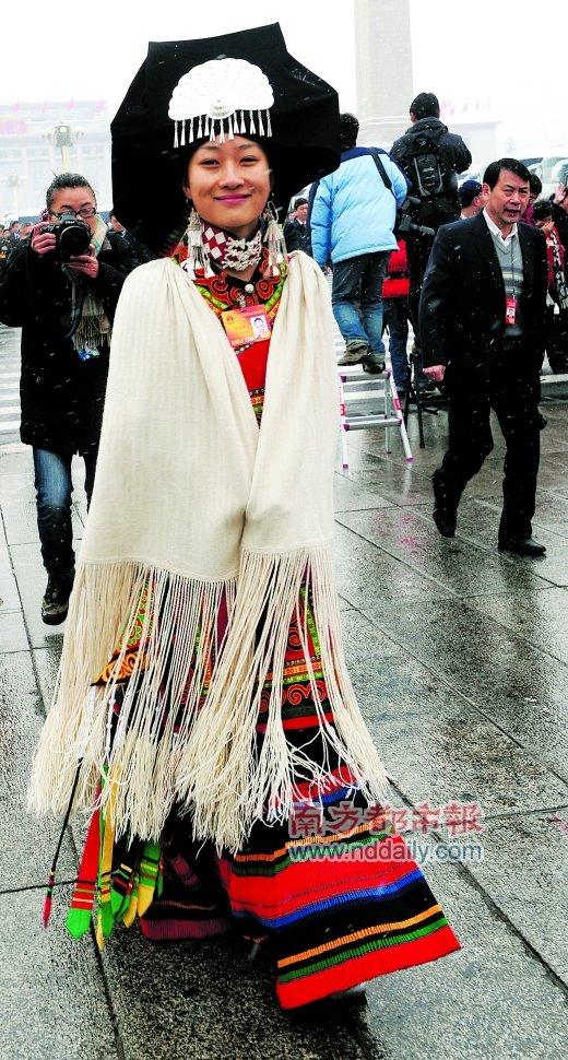 着彝族服装的四川代表张蓓蓓入会场. (图2)-图集 美丽的日子图片