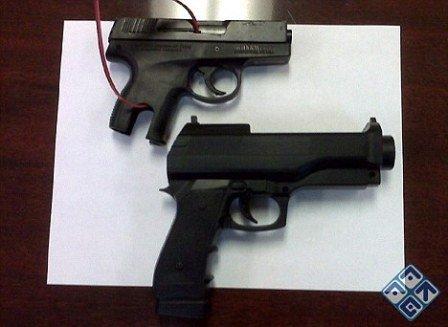 美三岁女童误将真手枪当玩具