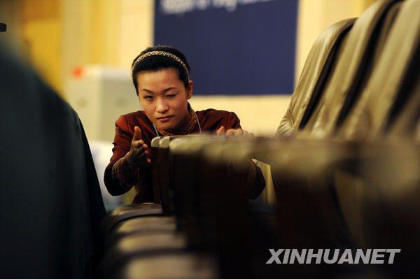 新闻中心工作人员刘艳明和同事一起摆放座椅,要求各点整齐一线。新华社记者李紫恒摄