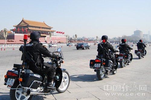 2010年3月10日,全副武装的特警在北京街头进行巡逻,确保全国两会的顺利召开。