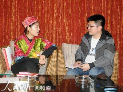 人民网广西频道记者在采访雷阿幼朵(记者连波摄)