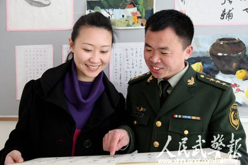 曾海彬:警营书法百米长卷赞两会展卫士豪情