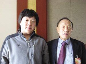 李肇星(右)和本报记者的合影 ■晨友 摄