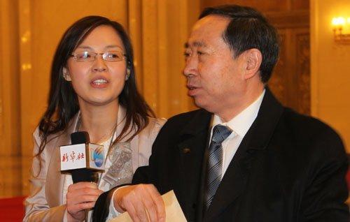 图文:教育部部长袁贵仁接受记者采访