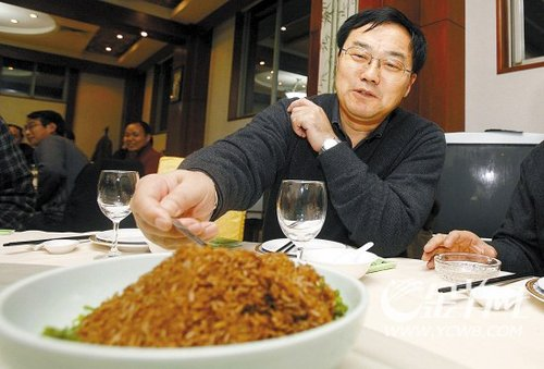 图文:院士当众吃转基因米饭
