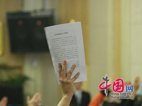 图文:记者现场踊跃举手提问