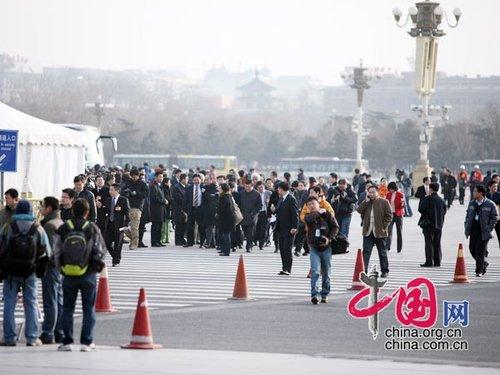 图文:参加会议的政协委员开始入场