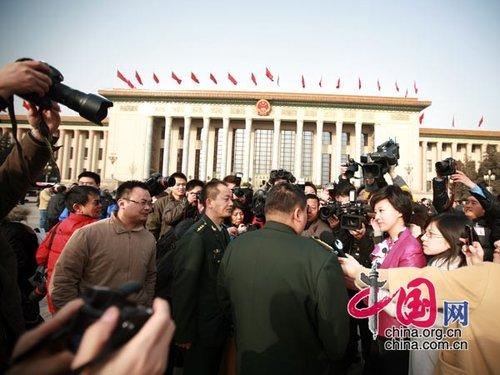 图文:毛新宇委员被记者包围
