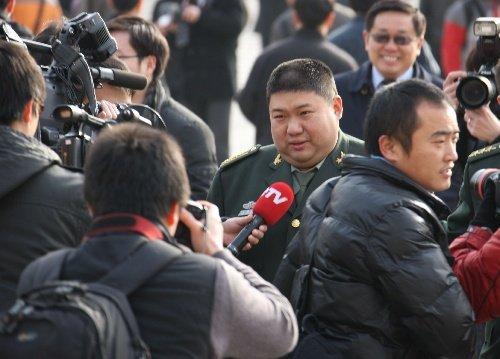 北京,2010年3月13日 全国政协十一届三次会议即将闭幕 3月13日,中国人民政治协商会议第十一届全国委员会第三次会议将在北京人民大会堂举行闭幕会。这是闭幕会前,全国政协委员毛新宇在人民大会堂外接受记者采访。 (王建民摄)
