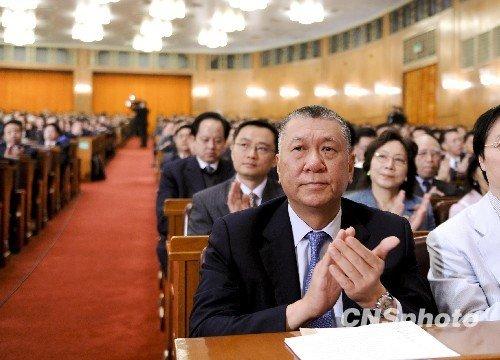 3月3日下午,全国政协十一届三次会议在北京人民大会堂开幕,新增补的全国政协委员何厚铧在听会。 (廖攀摄)