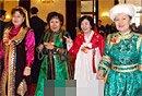 图文:四位少数民族女委员步入会场