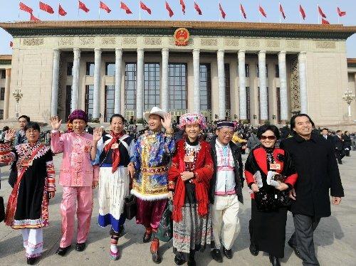 闭幕会后,全国政协委员步出人民大会堂。 新华社记者 金良快摄