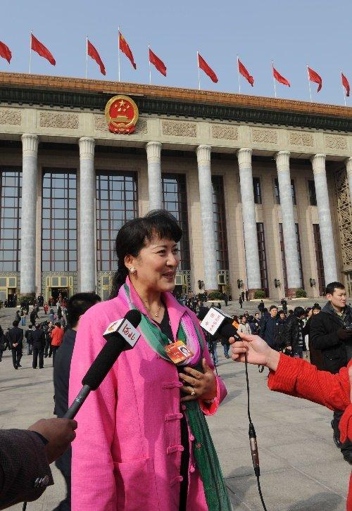 闭幕会后,全国政协委员宗庸卓玛在人民大会堂前接受记者采访。 新华社记者 杨宗友摄