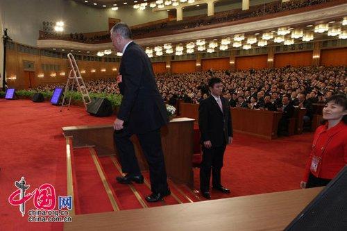 何厚铧登上主席台。