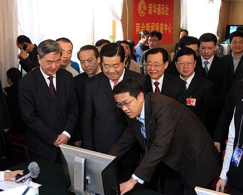 贾庆林看望新华社两会报道人员(图)