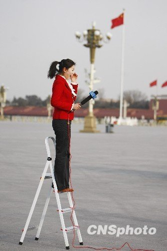 图文:女主播站在梯子上报道全国政协闭幕会